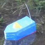 """自作したラジコン船""""ティッシュ箱号""""の初船出"""